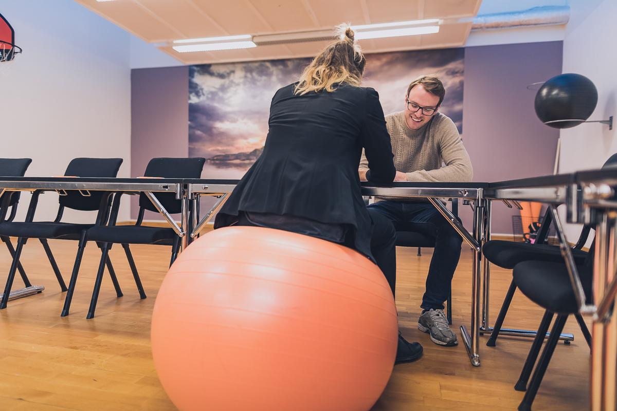 Kvinna sitter pa en medicinboll i konferenslokal pa Vann spa hotell och konferens