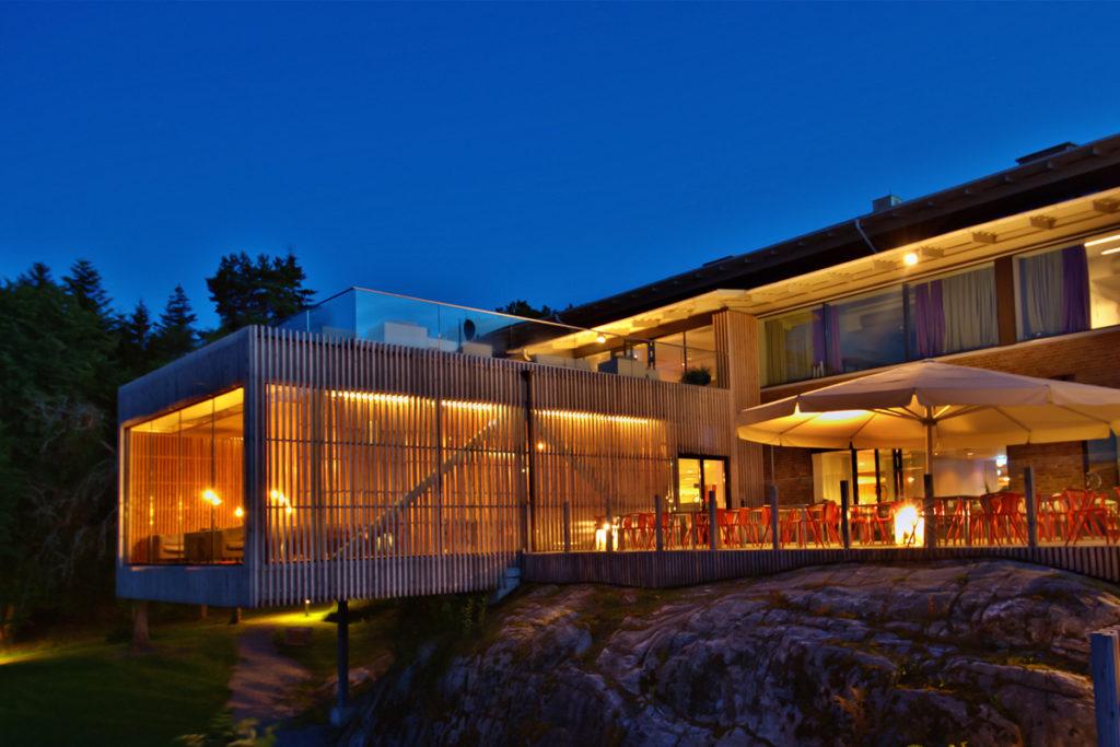 Bild pa fasaden pa natten Vann Spa Hotell och Konferens