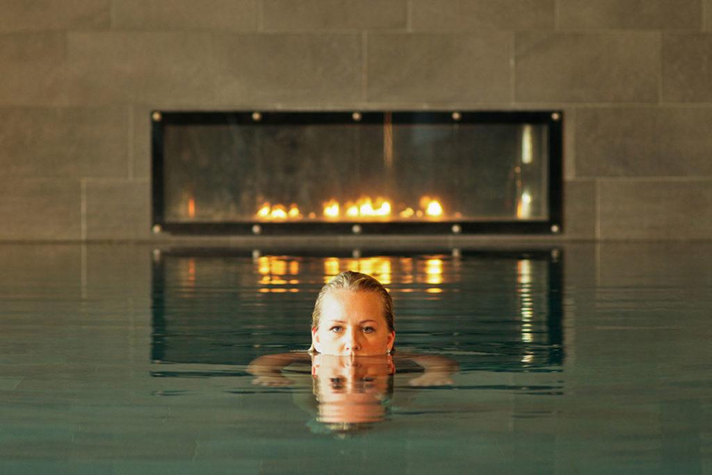 Kvinna badar i pool pa VANN Spa