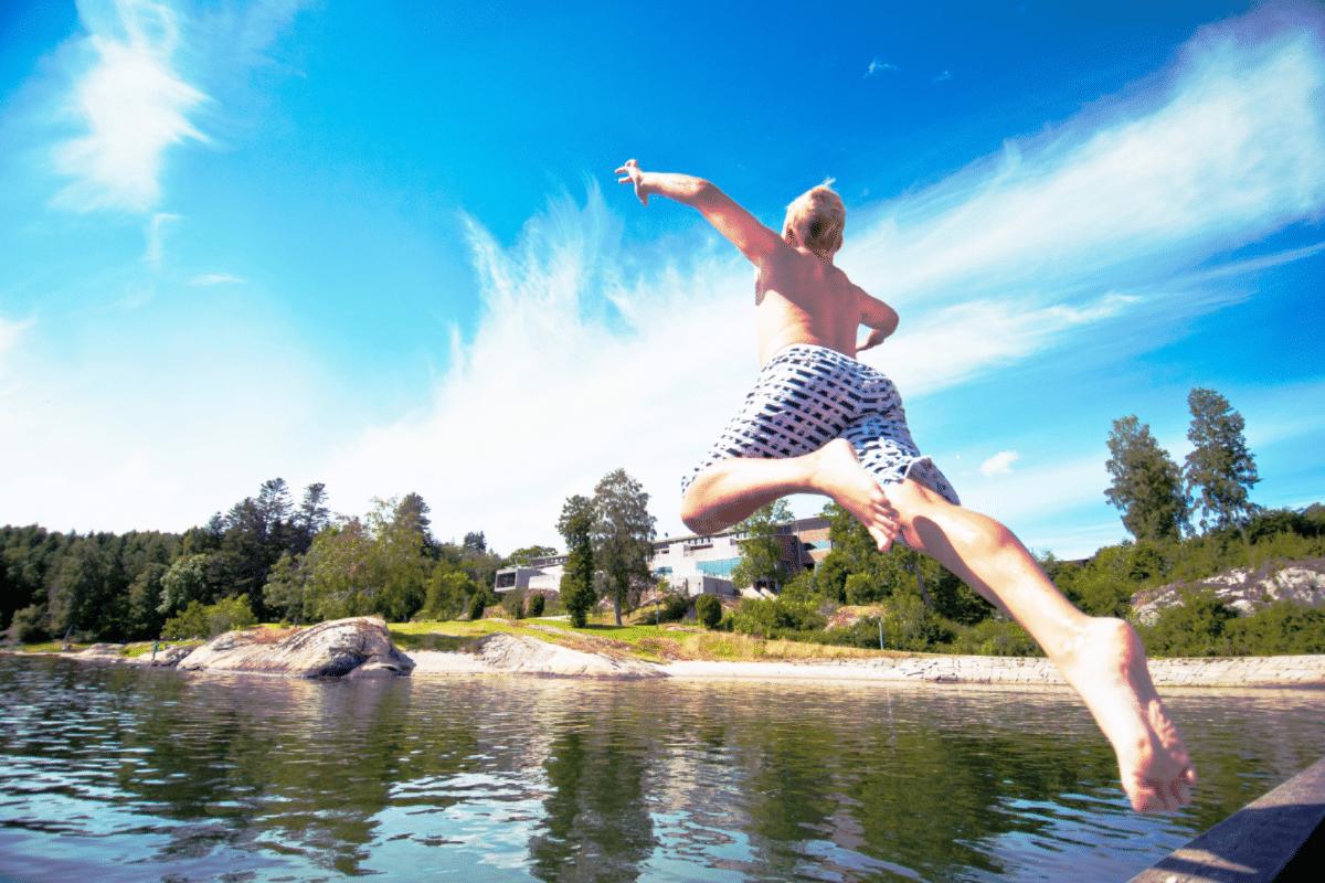 barn hoppar i havet under midsommar 2019 pa vann spa hotell och konferens